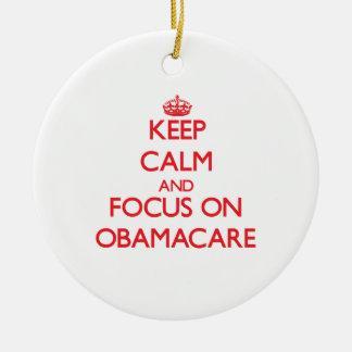 Guarde la calma y el foco en Obamacare Adorno Redondo De Cerámica