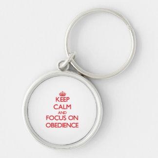 Guarde la calma y el foco en obediencia llavero redondo plateado