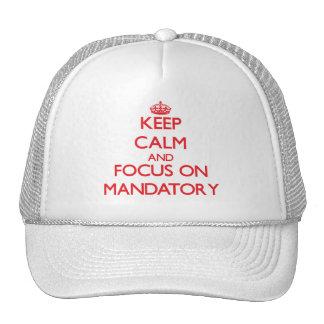 Guarde la calma y el foco en obligatorio gorras