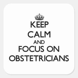 Guarde la calma y el foco en obstétricos calcomanía cuadradase