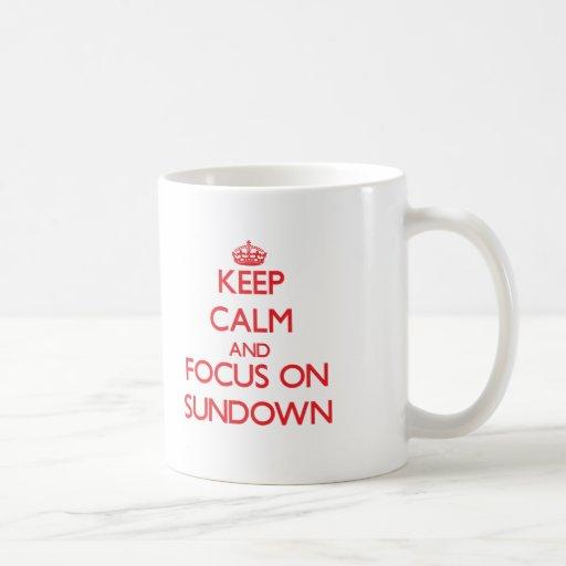 Guarde la calma y el foco en ocaso taza