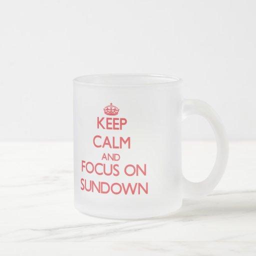 Guarde la calma y el foco en ocaso taza de café