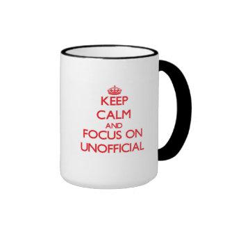 Guarde la calma y el foco en oficioso taza de dos colores