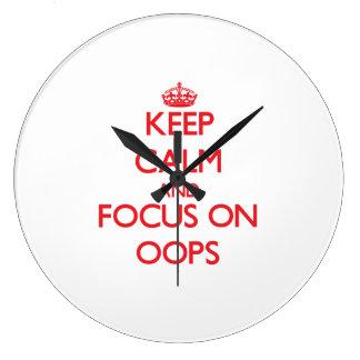 Guarde la calma y el foco en Oops Relojes De Pared