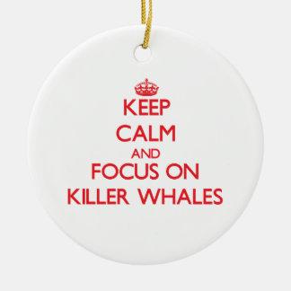 Guarde la calma y el foco en orcas ornamento para arbol de navidad