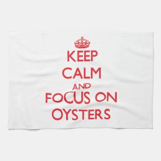 Guarde la calma y el foco en ostras toalla