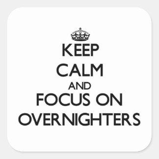 Guarde la calma y el foco en Overnighters Pegatinas Cuadradases