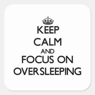 Guarde la calma y el foco en Oversleeping Calcomanías Cuadradass