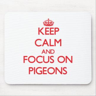 Guarde la calma y el foco en palomas tapete de ratón