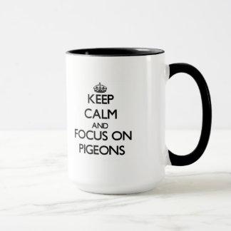 Guarde la calma y el foco en palomas taza