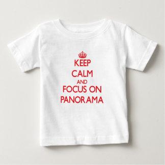 guarde la calma Y EL FOCO EN panorama T Shirts