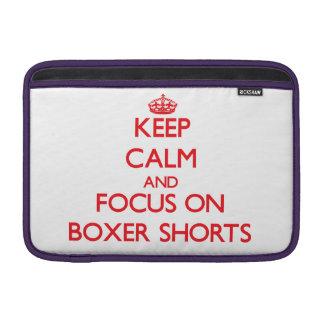 Guarde la calma y el foco en pantalones cortos del fundas para macbook air