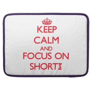 Guarde la calma y el foco en pantalones cortos funda para macbooks