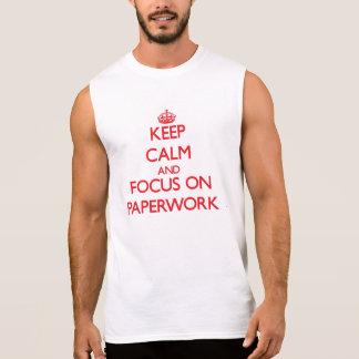 Guarde la calma y el foco en papeleo camisetas sin mangas