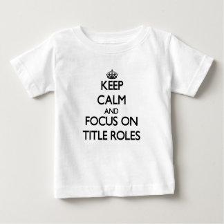 Guarde la calma y el foco en papeles protagonista camisetas