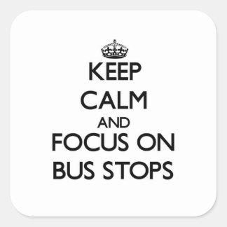 Guarde la calma y el foco en paradas de autobús pegatina cuadrada