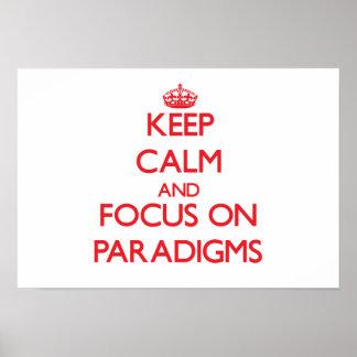 Guarde la calma y el foco en paradigmas póster