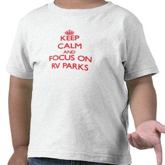 Guarde la calma y el foco en parques de rv camisetas