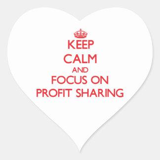 Guarde la calma y el foco en participación en los pegatina en forma de corazón