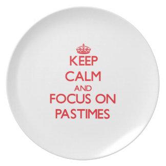 Guarde la calma y el foco en pasatiempos platos de comidas