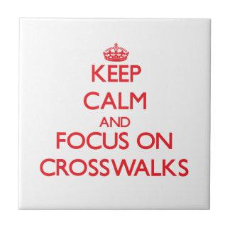Guarde la calma y el foco en pasos de peatones teja