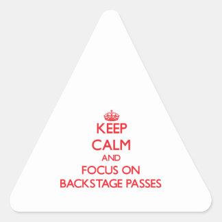 Guarde la calma y el foco en pasos entre calcomania de trianguladas