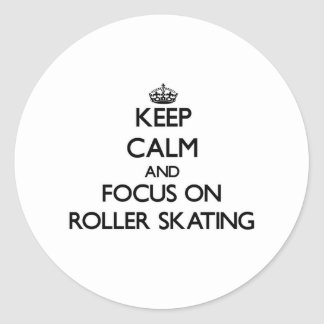 Guarde la calma y el foco en patinaje sobre ruedas pegatina redonda