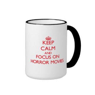 Guarde la calma y el foco en películas de terror taza de café