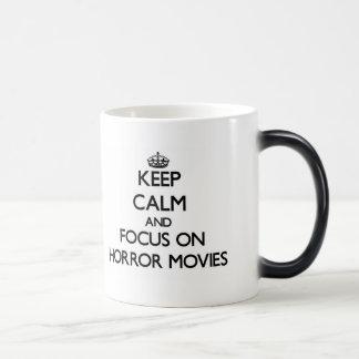 Guarde la calma y el foco en películas de terror tazas