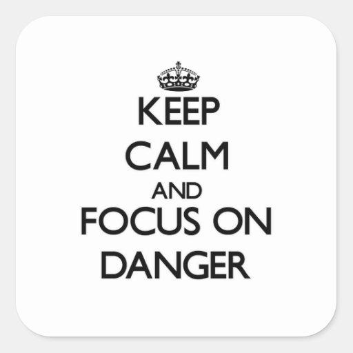 Guarde la calma y el foco en peligro calcomania cuadradas personalizada