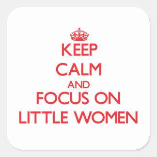 Guarde la calma y el foco en pequeñas mujeres pegatina cuadrada