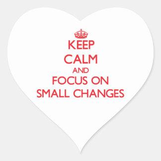 Guarde la calma y el foco en pequeños cambios calcomanía de corazón