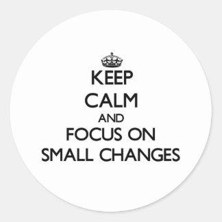 Guarde la calma y el foco en pequeños cambios pegatina redonda