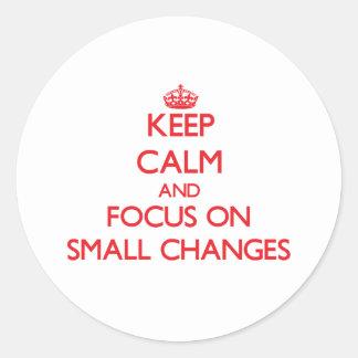 Guarde la calma y el foco en pequeños cambios etiquetas redondas