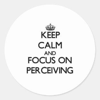 Guarde la calma y el foco en percibir pegatina redonda