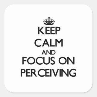 Guarde la calma y el foco en percibir calcomania cuadrada personalizada