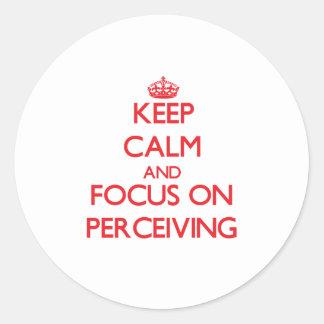 Guarde la calma y el foco en percibir etiqueta redonda