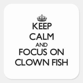 Guarde la calma y el foco en pescados del payaso pegatina cuadrada