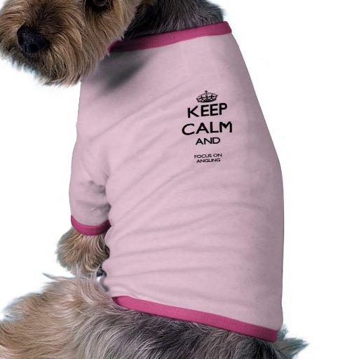 Guarde la calma y el foco en pescar con caña camiseta con mangas para perro