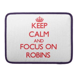 Guarde la calma y el foco en petirrojos fundas para macbooks
