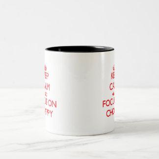 Guarde la calma y el foco en picado tazas de café