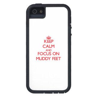 Guarde la calma y el foco en pies fangosos iPhone 5 carcasa