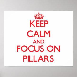 Guarde la calma y el foco en pilares posters