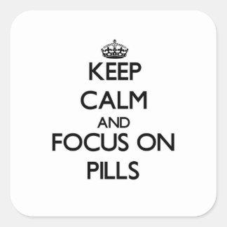 Guarde la calma y el foco en píldoras calcomanía cuadradas personalizadas