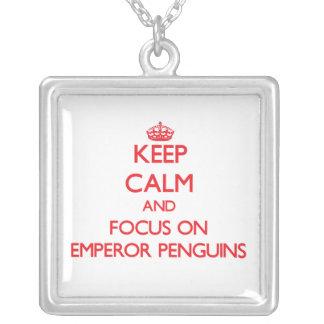 Guarde la calma y el foco en pingüinos de emperado colgante personalizado