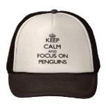 Guarde la calma y el foco en pingüinos gorro de camionero