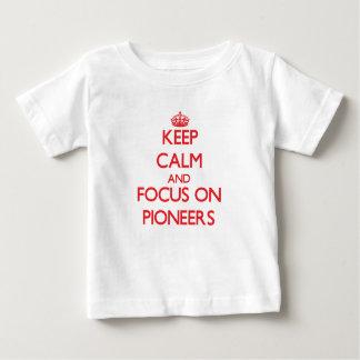 Guarde la calma y el foco en pioneros t-shirt