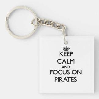 Guarde la calma y el foco en piratas llavero cuadrado acrílico a una cara