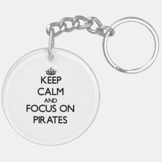 Guarde la calma y el foco en piratas llavero redondo acrílico a doble cara