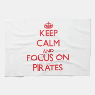 Guarde la calma y el foco en piratas toalla